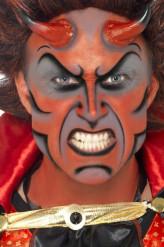 Maquillaje de diablo con cuernos para hombre