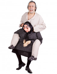 Disfraz de abuela cargando con hombre