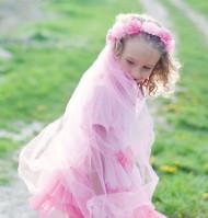 Corona de flores con velo rosa niña